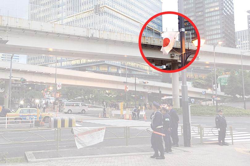 赤坂を歩いているときに、大きな通りに国旗が掲げられていました