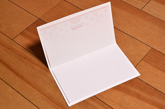 韓国の年賀カードに専用の用紙をのりでくっつける