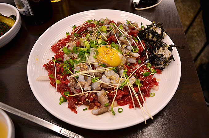 ソウルで人気の料理!ユッケと生きてる活タコの「ユッケタンタンイ 육회탕탕이」