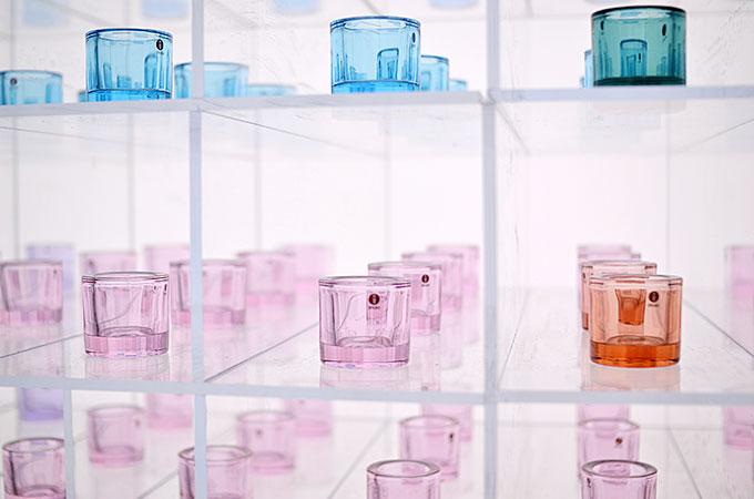 ガラスや布などの色に関する展示