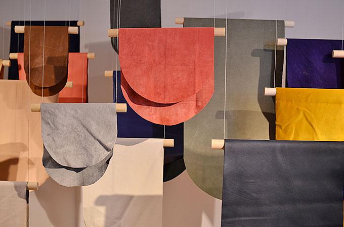 ガラスや布などの色に関する展示03