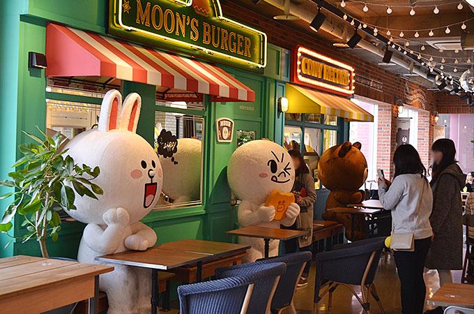 LINEキャラクターたちが席で一緒に食事もしてくれます