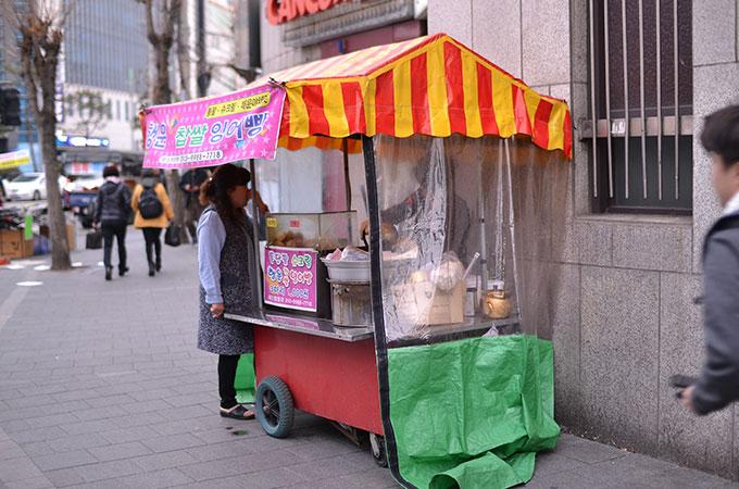 韓国で冬になると街中にあらわれる小さな屋台「붕어빵 プンオッパン たい焼き」