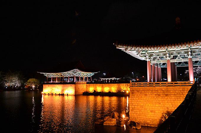 朝鮮時代に、池に雁(かり)という鳥や、鴨が棲みついていたことから、「雁鴨池」
