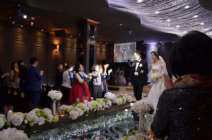 新郎が新婦の為に生歌を披露して会場は大盛り上がりで式を終えました