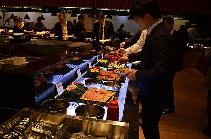 式の後は披露宴はなく、ビュッフェ方式のお食事会