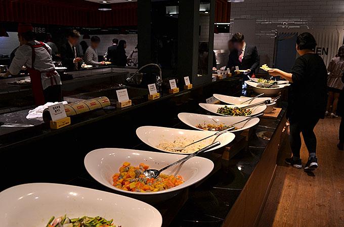 式の後は披露宴はなく、ビュッフェ方式のお食事会02