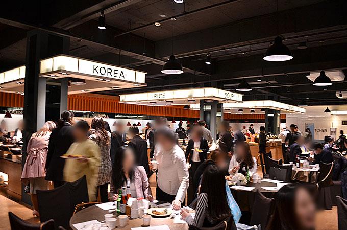 日本で行われる披露宴といった形はなく広い食堂へ移動し、個々に食事を楽しみました。