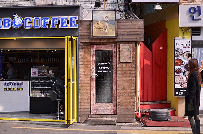 入り口はわかりづらいですが、1階カフェ店の横にひっそりと扉があります。