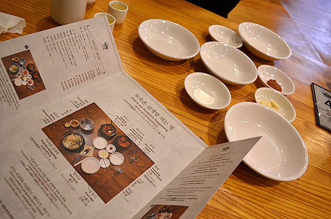 お皿もいっぱい出てくるので、写真通りに並べてみましょう!ちゃんと日本語訳も書いてありますのでわかりやすいです!