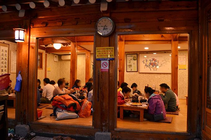 仕事帰りの韓国の方や中国、日本からの観光客などたくさんのお客さんで賑わってました!