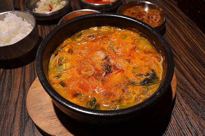 このユッケジャンスープは本場韓国で食べたのと遜色ないですね!