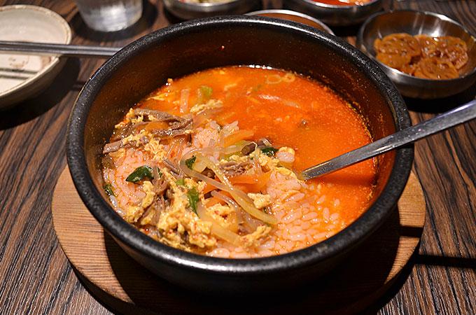 やっぱりこういったスープ類はご飯を入れて食べるのが韓国の食べ方?!