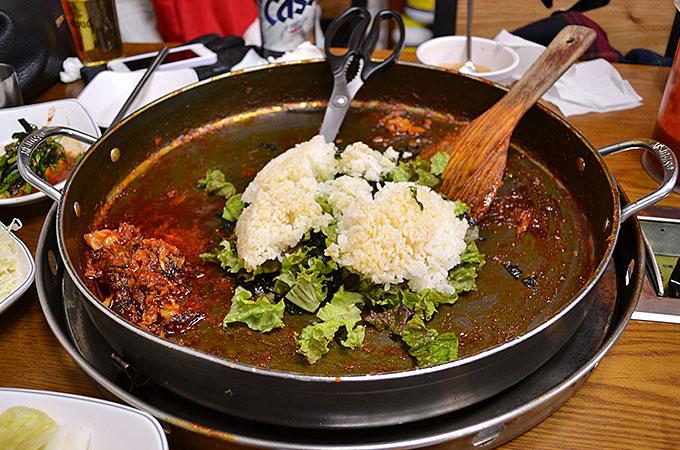 タッカルビの食べ終わった鍋のなかにご飯を入れます!