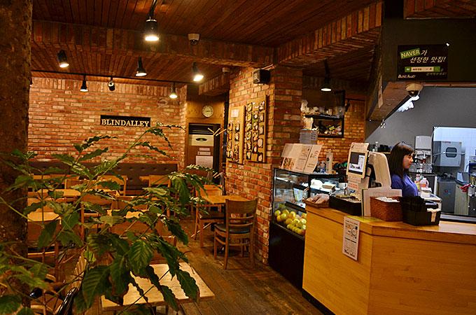 店内はとても雰囲気がよくコーヒーのいい匂いと落ち着くことができる空間が広がってました。
