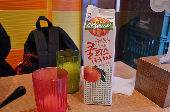 辛いトッポッキなど、辛い食べ物を食べるときは一緒に牛乳やカルピスを飲むことが一般的のようです。