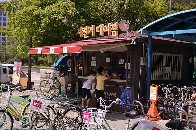 公園の中に自転車をレンタルしている場所があります。