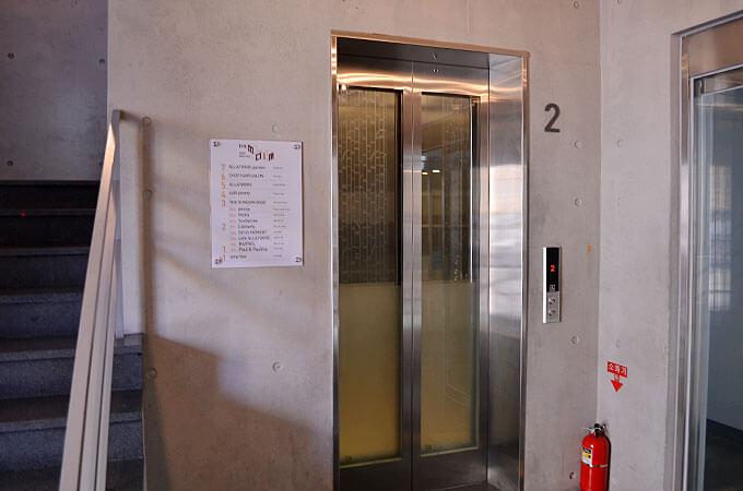 お店の奥の扉から4階に上がるエレベーターに乗っていくことが出来ます。