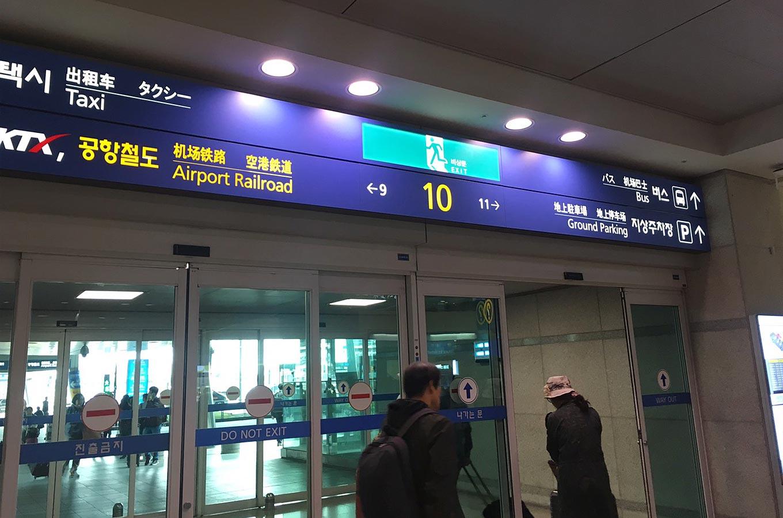 仁川国際空港の10番出口に向かうとその隣にこういった韓国の携帯やポケットWiFiなどをレンタルできるブースがあります。