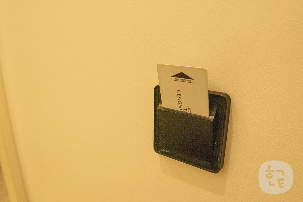 部屋の中に入ったらルームキーを差し込む場所があるので、差し込むと電気がつきました。