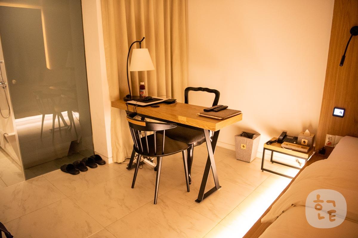 机と椅子もなんかデザインに凝ってる感じ