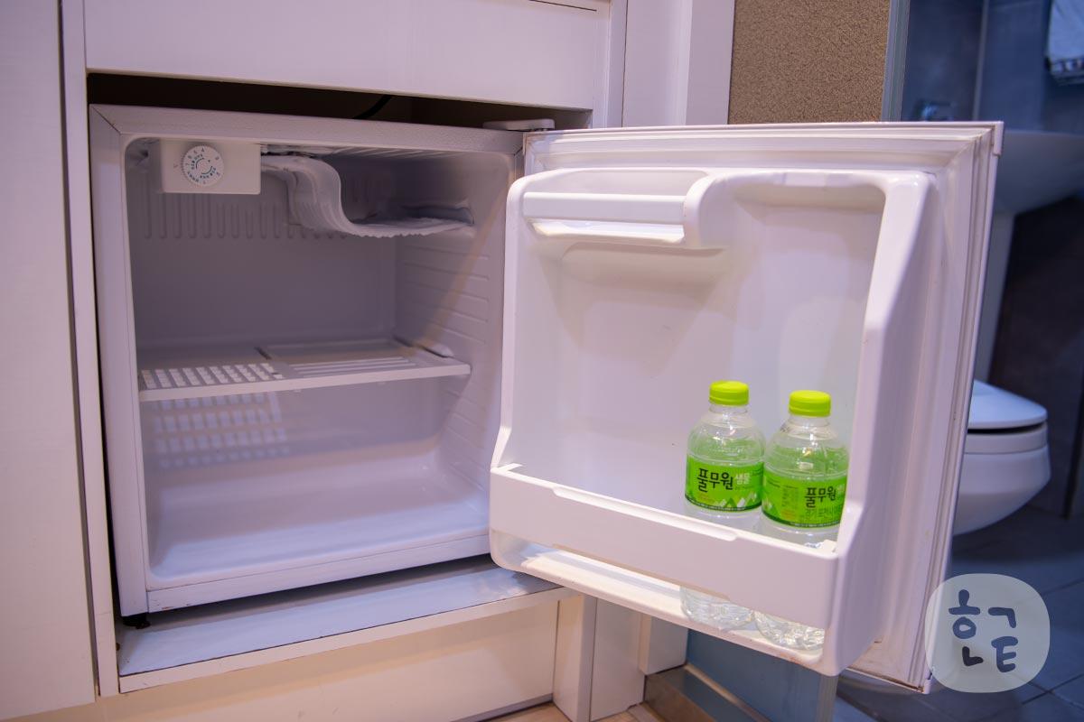 冷蔵庫もありますが、キッチンにしては小さい