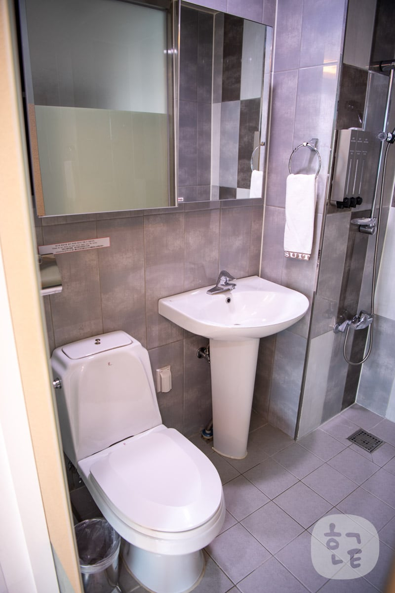 D7スイーツトンデムンのトイレと洗面台