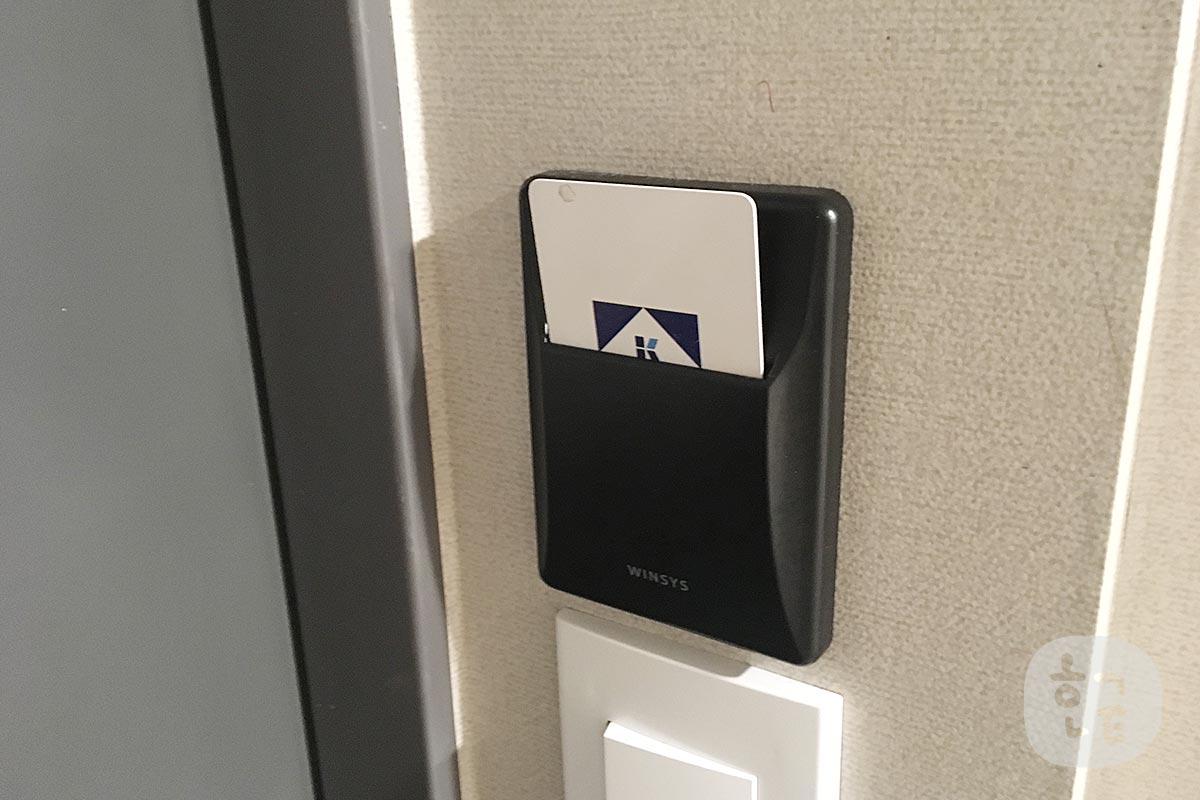 ルームカードキーを差し込み電気をいれます。