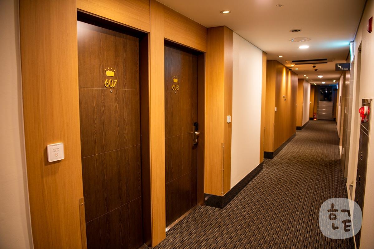 部屋のある階の通路