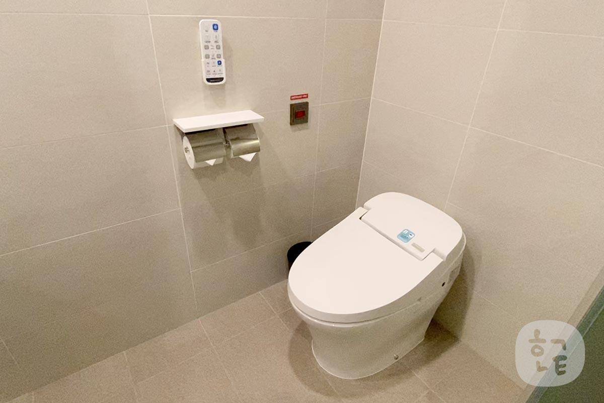 トイレはちゃんと温水洗浄便座でした